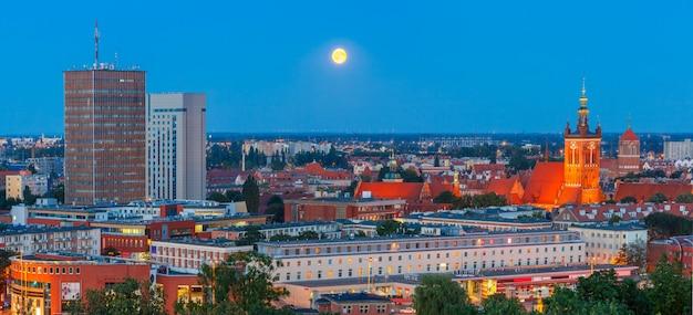 Luchtfoto panorama van gdansk 's nachts, polen