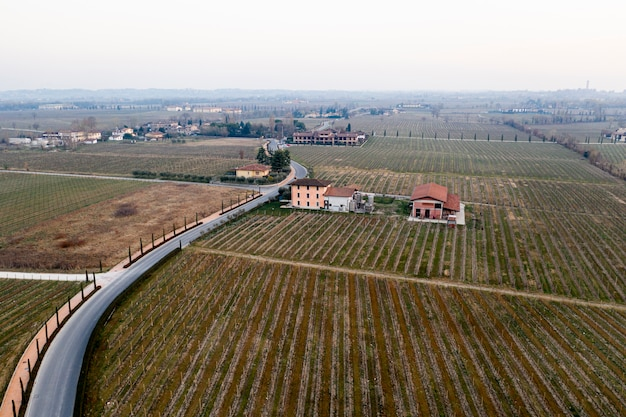 Luchtfoto panoramisch landschapsmening van een weg van een dorp