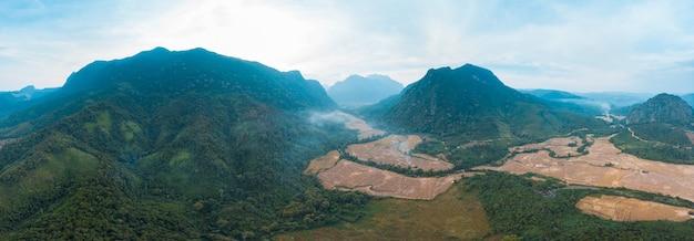 Luchtfoto panoramisch nam ou rivier nong khiaw muang ngoi laos, dramatische landschap schilderachtige top klif bergketen beroemde reisbestemming in zuidoost-azië