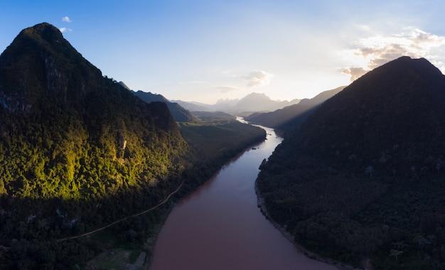 Luchtfoto panoramisch nam ou rivier nong khiaw muang ngoi laos