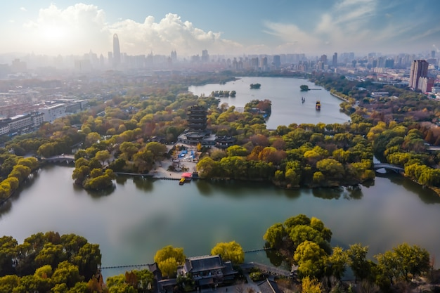 Luchtfoto panoramisch uitzicht op daming lake in jinan