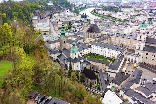 Luchtfoto panoramisch uitzicht op de historische stad salzburg met rivier de salzach in prachtige gouden avondlicht met blauwe lucht en de wolken bij zonsondergang in de zomer, salzburger land, oostenrijk