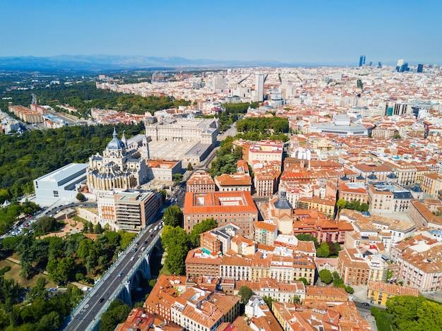 Luchtfoto panoramisch uitzicht op het stadscentrum van madrid in spanje