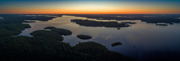 Luchtfoto panoramisch uitzicht op suoyarvi meer bij zonsopgang omgeven door bossen van karelië, rusland