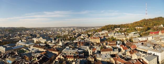 Luchtfoto panoramisch uitzicht over het centrum van lviv in oekraïne