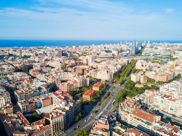 Luchtfoto panoramisch uitzicht van barcelona. barcelona is de hoofdstad en grootste stad van catalonië in spanje.