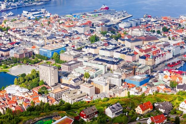Luchtfoto panoramisch uitzicht van bergen vanuit het gezichtspunt van mount floyen. bergen is een stad en gemeente in hordaland, noorwegen.