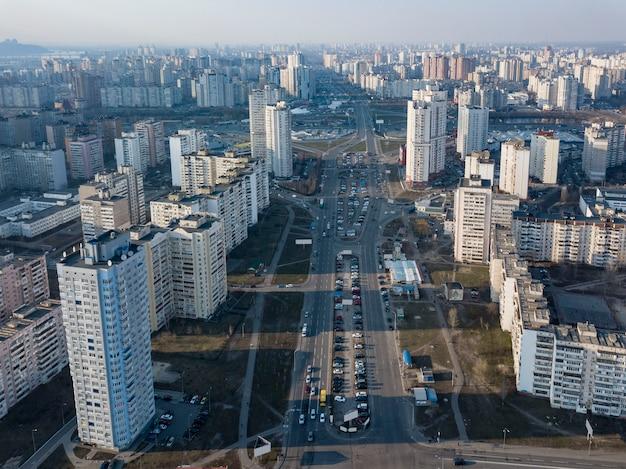 Luchtfoto panoramische fotografie van de drone, vogelperspectief naar pozniaky district met modern gebouw van de stad kiev, oekraïne.
