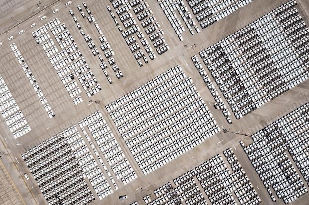 Luchtfoto parkeerplaats nieuwe auto in fabriek