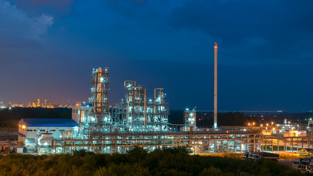 Luchtfoto petrochemische fabriek en olieraffinaderij fabriekswand 's nachts, petrochemische olieraffinaderij fabrieksfabriek, industrieel uitzicht op olieraffinaderij fabriek vorm industriezone met zonsopgang en lucht