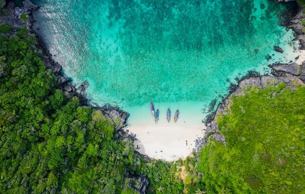 Luchtfoto phi phi eiland hoogseizoen zomer vakantie toeristen thaise en buitenlandse huur een lange staart boot snorkelen onder de zee