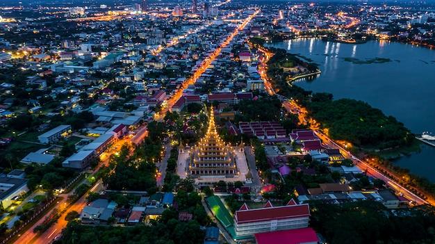 Luchtfoto phra mahathat kaen nakhon, wat nong wang, khon kaen, thailand.