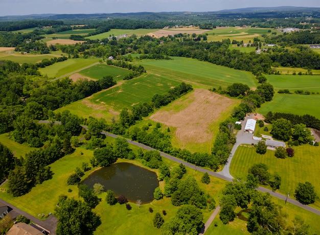 Luchtfoto prachtig landschap vanaf een hoogte land en meer van bovenaf.