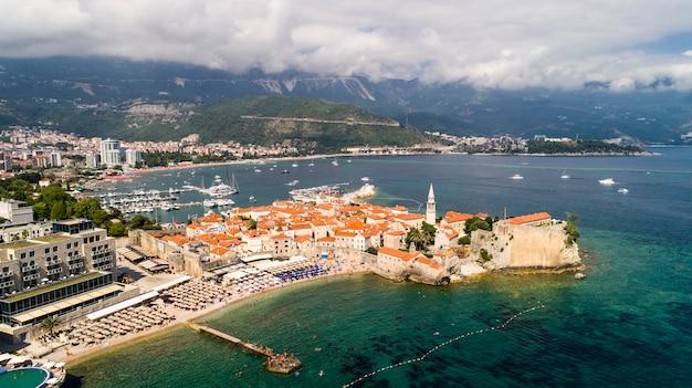 Luchtfoto prachtig panoramisch uitzicht op de oude stad in budva. montenegro.