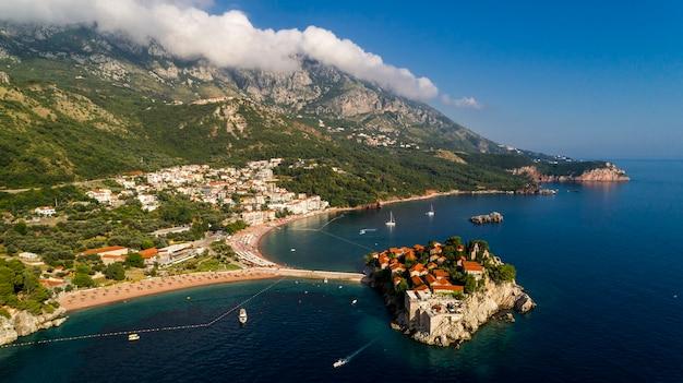 Luchtfoto prachtig panoramisch uitzicht op het eiland sveti stefan in budva, montenegro.