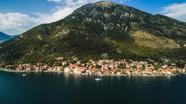 Luchtfoto prachtig uitzicht op de stad perast. montenegro. perast stad in de baai van kotor