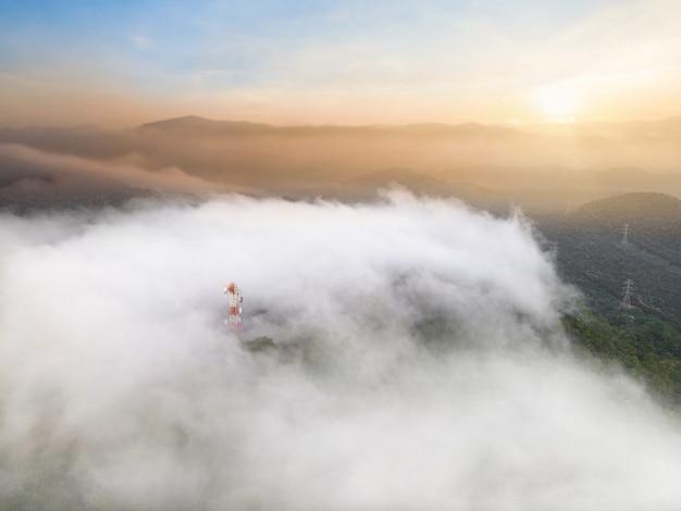 Luchtfoto, prachtige panorama landschap zonsopgang boven piek berg