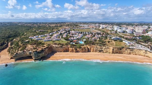 Luchtfoto. prachtige portugese stranden armacao de pera, uitzicht vanuit de lucht.