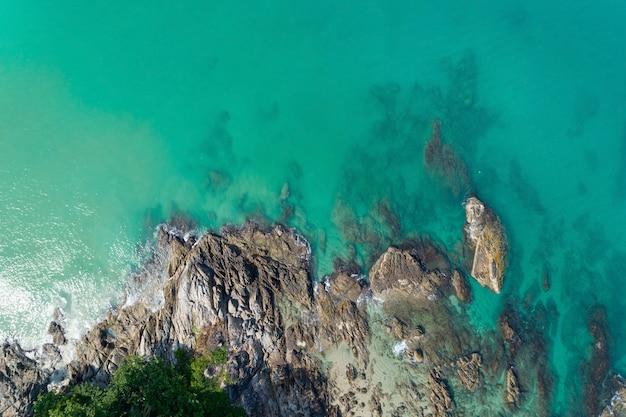 Luchtfoto prachtige turquoise zee met rotsen oppervlak in zonnige dag