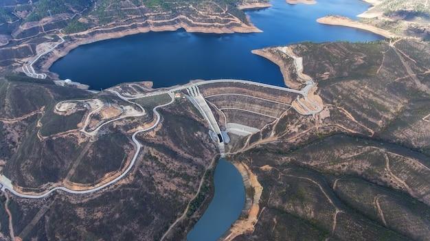 Luchtfoto. reservoir in de bergen van monchique odelouca. algarve