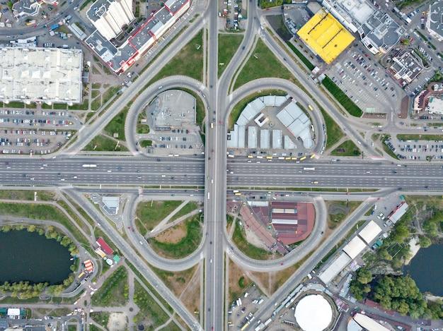 Luchtfoto rijwegen systeem in kiev met veel auto's op de wegen
