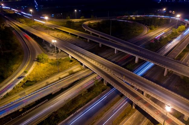 Luchtfoto ringweg en knooppunt verbinden van de stad 's nachts