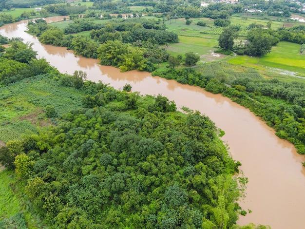 Luchtfoto rivier overstroming bos natuur bosgebied groene boom, bovenaanzicht rivier lagune vijver met water overstroming van bovenaf, vogelperspectief landschap jungles meer stromend wild water na de regen