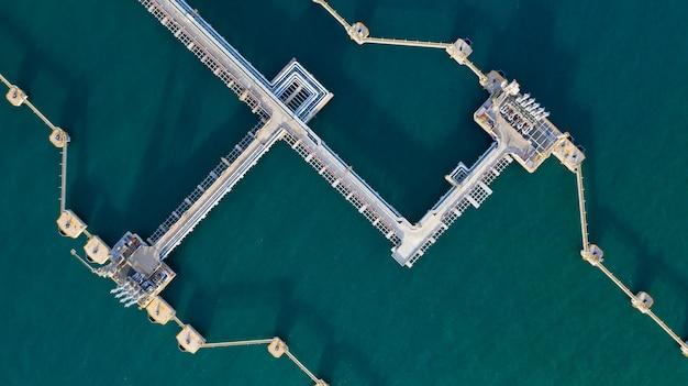 Luchtfoto ruwe olie en gas terminal, laden arm olie en gas raffinaderij op commerciële haven.