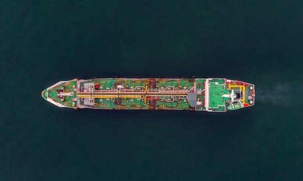 Luchtfoto ruwe olietanker logistiek en vervoer in de open zee.