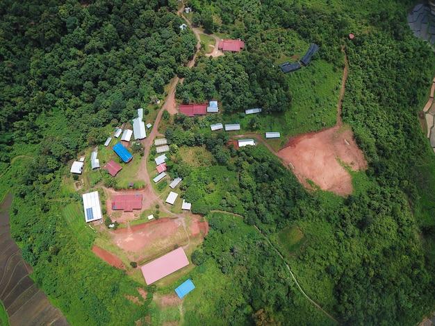 Luchtfoto's een klein dorpje in de jungle in chiang mai
