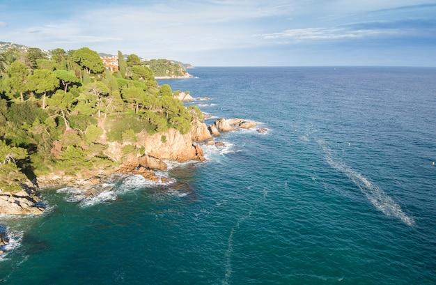 Luchtfoto's van de costa brava in catalonië. strandhoogtepunt van rotsen en golven in spanje