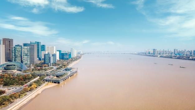 Luchtfoto's van de skyline van architectonisch landschap langs de qiantang-rivier in hangzhou