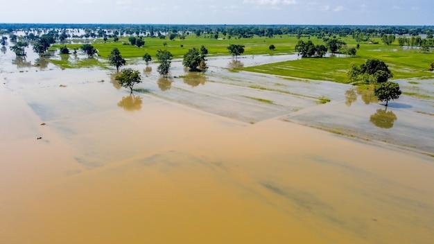 Luchtfoto's van drones van communautaire en landbouwgebieden worden overstroomd.