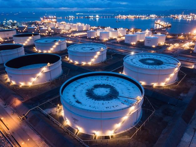 Luchtfoto's van olieraffinaderijen, gastank, olietank.