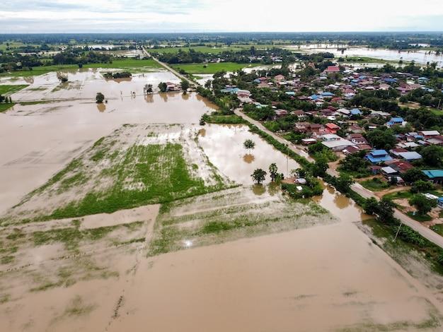 Luchtfoto's van vliegende drones landelijke dorpen liepen onder water