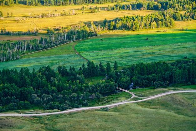 Luchtfoto schilderachtig uitzicht op landbouwgebied in zonlicht