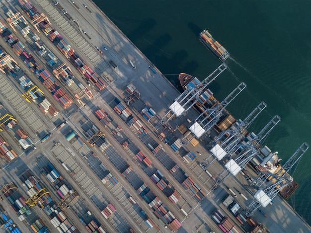 Luchtfoto schot van commerciële haven export en import goederen en duizenden containers in de haven