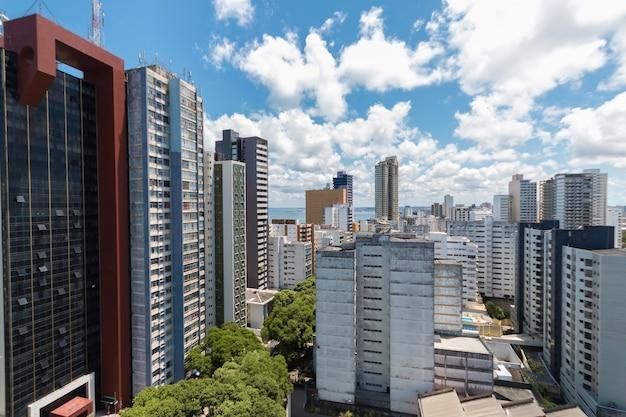 Luchtfoto skyline met gebouwen in salvador bahia, brazilië.