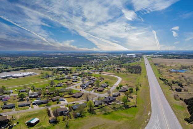 Luchtfoto snelweg in de buurt van een kleine stad dorpen in midden-amerika