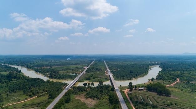 Luchtfoto snelweg verkeersweg met auto's, bovenaanzicht, luchtfoto van de weg en de skyline.