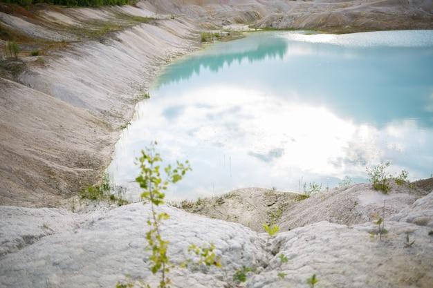 Luchtfoto spectaculair uitzicht op schilderachtige vallei met prachtig bergmeer, naaldbos en rotsachtige bergen. geweldig sfeervol hooglandlandschap. prachtige majestueuze wildernis natuur landschap.