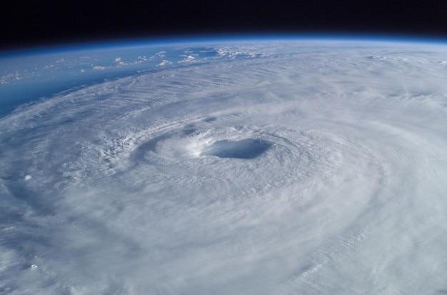 Luchtfoto storm orkaan cycloon isabel uitzicht tropische