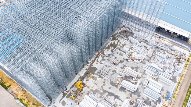Luchtfoto structuur van stalen bouwconstructie, metalen stalen frame gebouwen constructie ontwerp, luchtfoto bouwplaats.