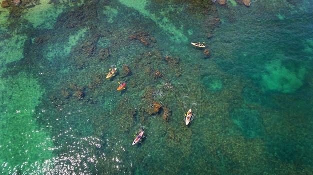 Luchtfoto. toeristische kajaks op zee in de buurt van albufeira algarve, portugal.