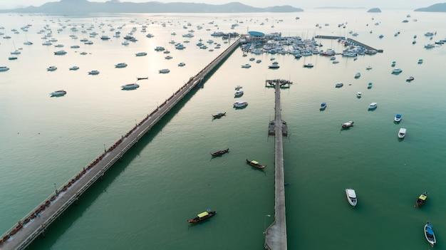 Luchtfoto top-down drone shot van jacht- en zeilbootparkeren in de jachthaven aan de baai van chalong