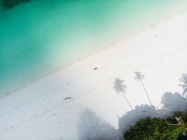 Luchtfoto top down weergave tropisch strand caribische zee.