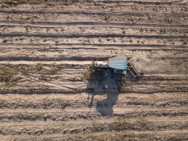Luchtfoto tractor zaaien gewassen op veld.