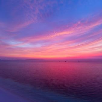 Luchtfoto tropisch strand bij zonsondergang. kei island, indonesië molukken archipel