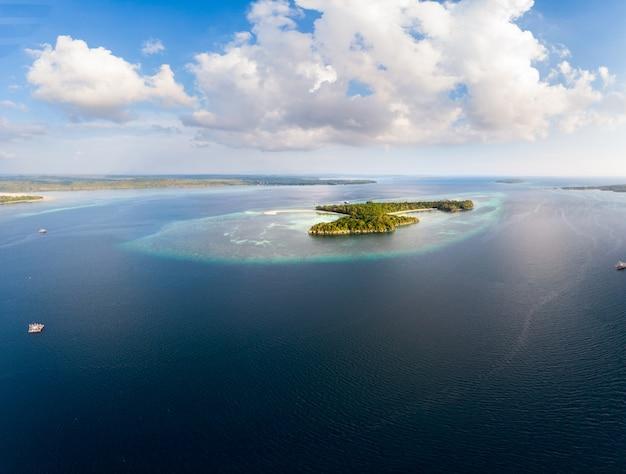 Luchtfoto tropische strand eiland rif caribische zee bij zonsondergang. kei island, indonesië molukken archipel.