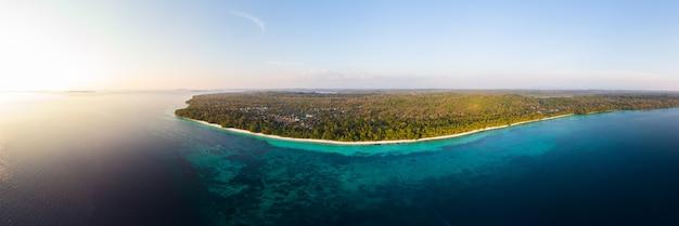 Luchtfoto tropische strand eiland rif caribische zee bij zonsondergang.